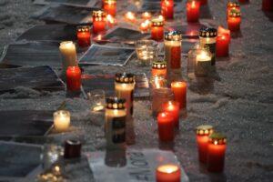24 >Stunden Menshclichkeit Kerzen und Fotos